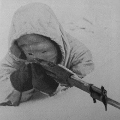 Tato fotografie je často vydávána za fotografii Sima...ve skutečnosti na ní NENÍ Simo Häyhä, který ve skutečnosti nikdy nepoužíval kuklu ani karabinu, kterou drží neznámý voják v rukou. Stejně tak bajonety se ve finské armádě příliš nepoužívaly.