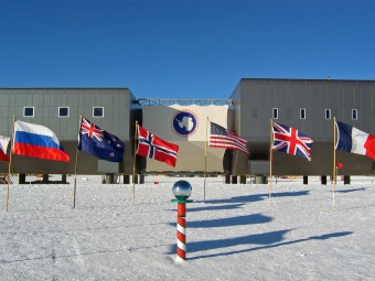 Amundsen-scott-south_pole_station_2007