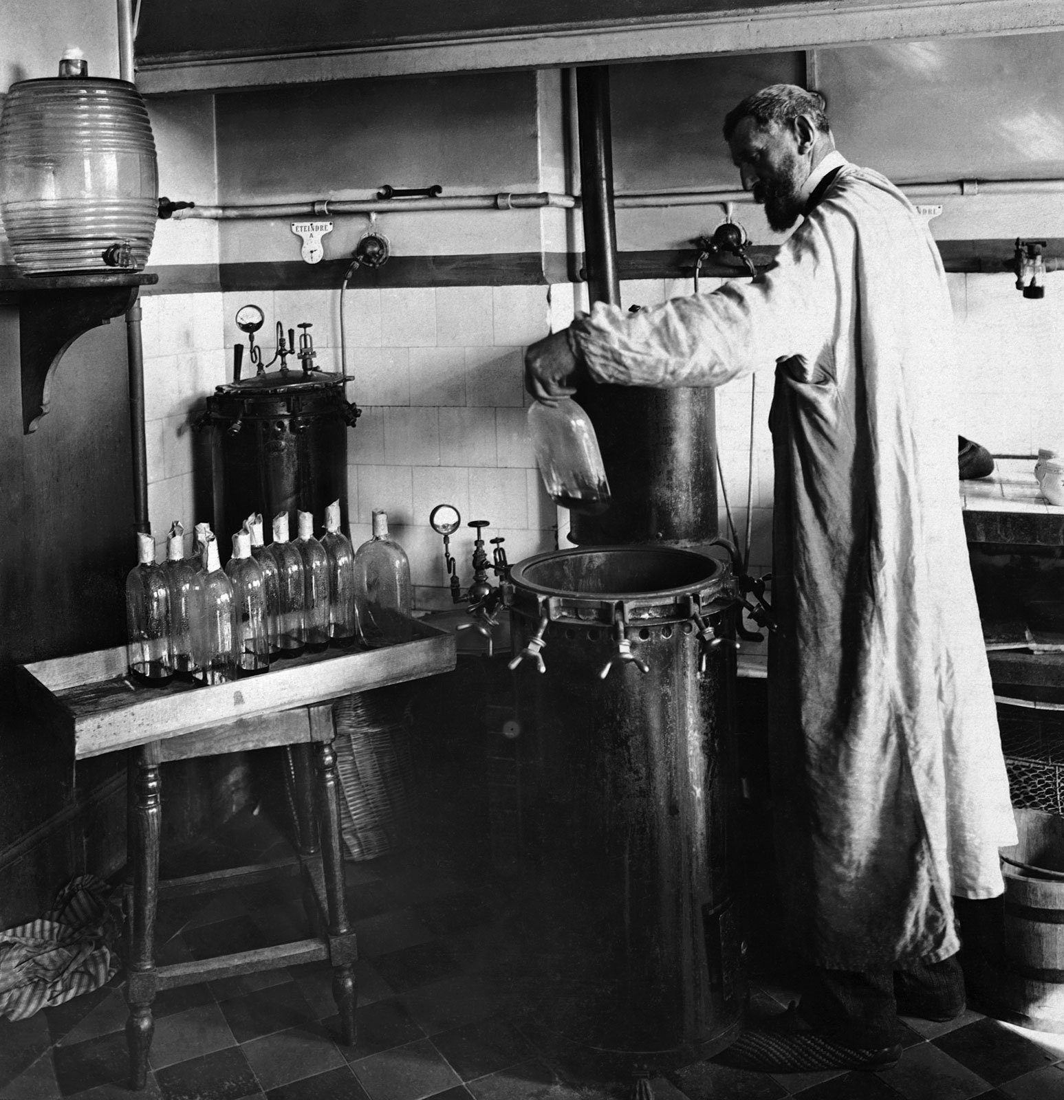 Louis Pasteur dan proses pasteurisasi | Sumber: Today I Found Out